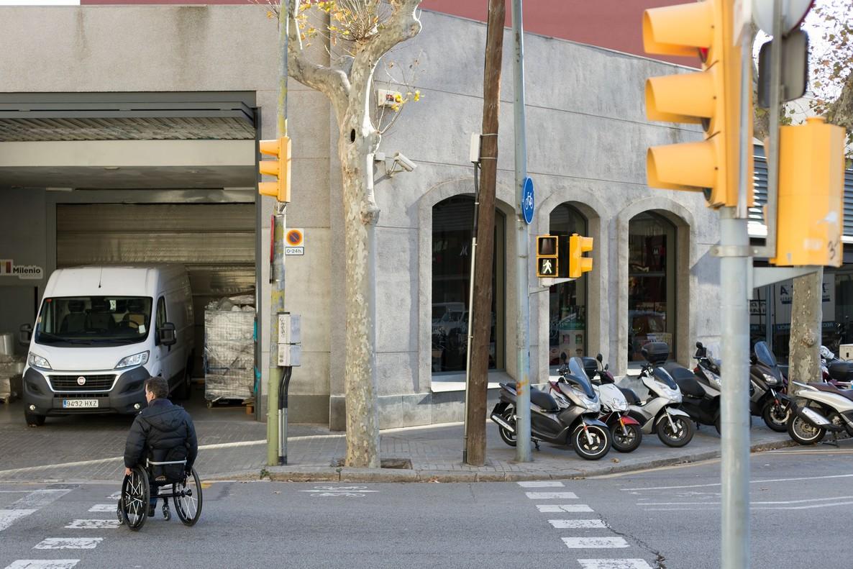 Una persona en silla de ruedas ante los obstáculos del paso peatonal