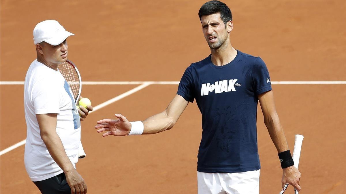 Djokovic, con su entrenador Marian Vajda, en Barcelona.