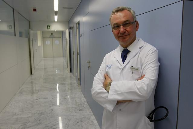 El doctor Josep Baselga, en las dependencias de la unidad de cáncer de mama del hospital Vall d'Hebron de Barcelona.