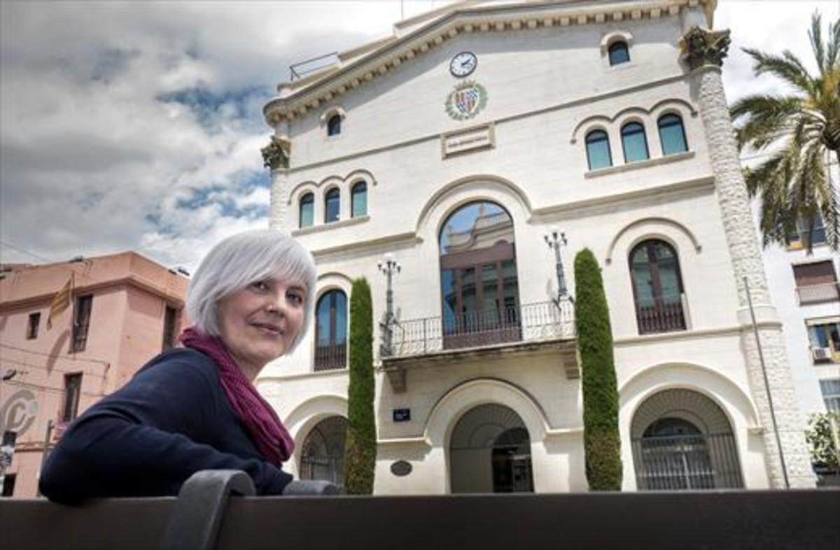 Dolors Sabater, alcaldesa de Badalona, frente al ayuntamiento de la ciudad.