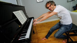 James Rhodes, informal ante su piano.