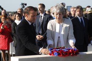 Emmanuel Macron y Theresa May, en el memorial británico del desembarco de Normandía, en Ver-Sur-Mer.