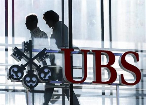 Empleados del banco suizo UBS, en la sede de la entidad financiera en Zurich.