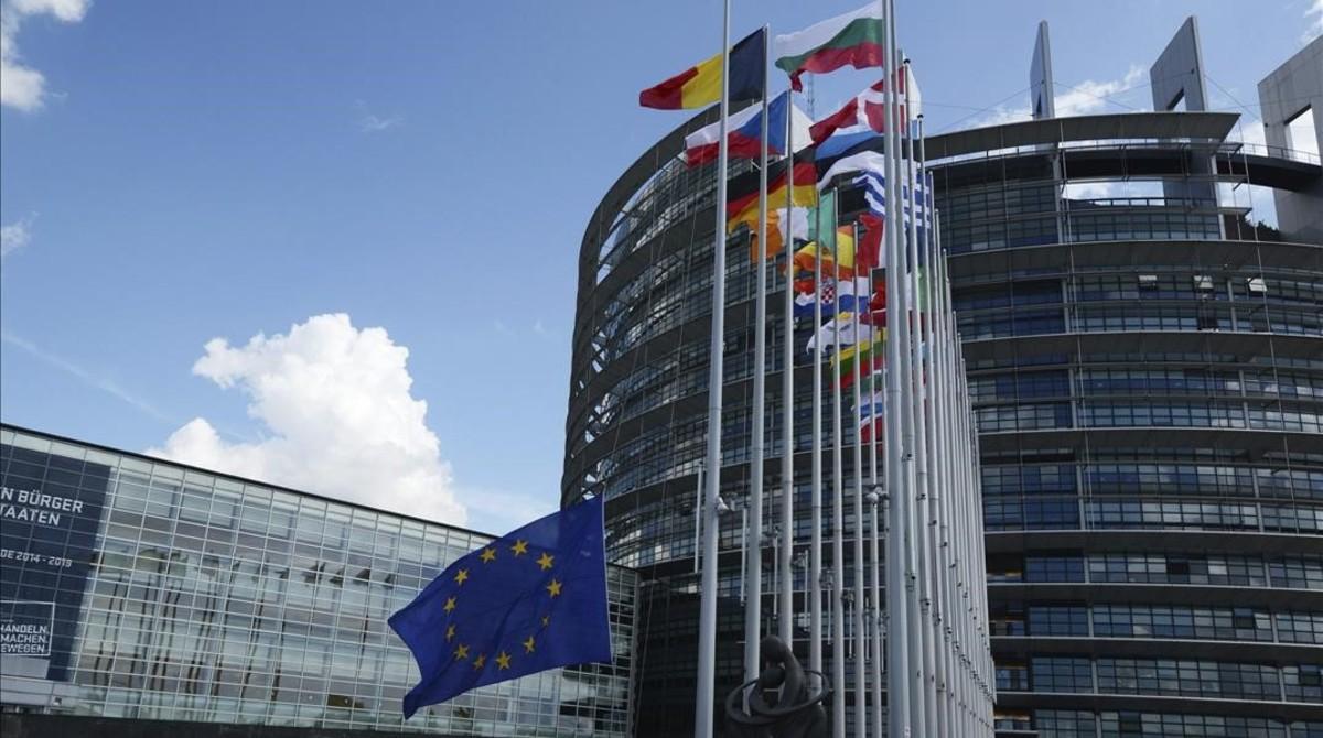 Banderas ondean en el exterior de la sede del Parlamento Europeo en Estrasburgo