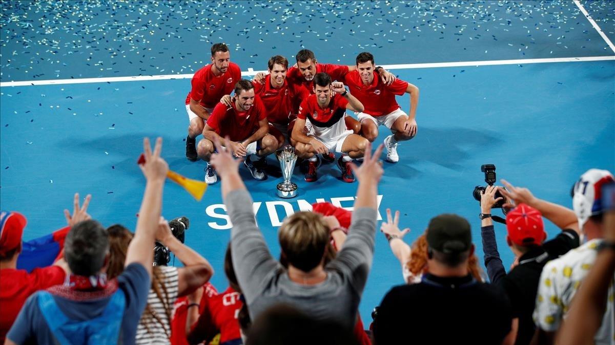 El equipo serbio celebra el título logrado en Sidney contra España.