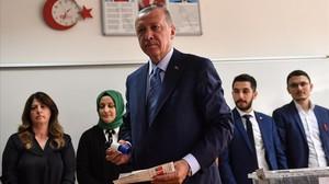 Erdogan vota en un colegio electoral en Estambul.