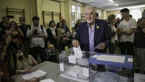 Ernest Maragall, este domingo, votando en su colegio electoral de Gràcia.