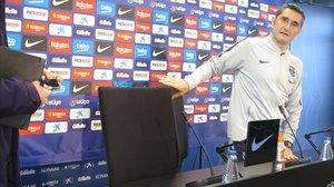 Ernesto Valverde toma posesión de su silla en la conferencia de prensa, del pasado sábado, en la Ciutat Esportiva Joan Gamper.