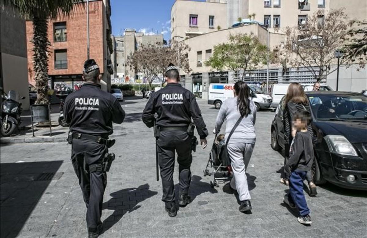 Una patrulla de la Guardia Urbana controla la zona del Pou de la Figuera, tras las quejas de estos días.