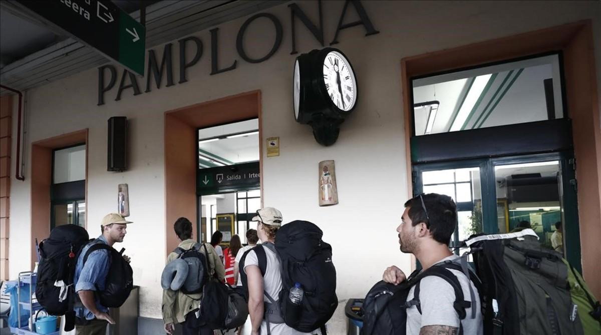 La estación de tren de Pamplona comienza a recibir a los primeros turistas.
