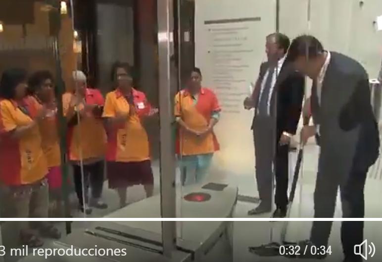 El primer ministro holandés, Mark Rutte, friega él mismo el suelo tras derramar su café con leche.