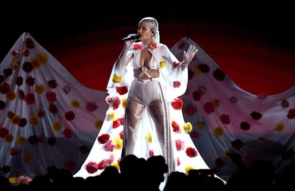 Hasley, durante su actuación en la gala Billboard 2017.