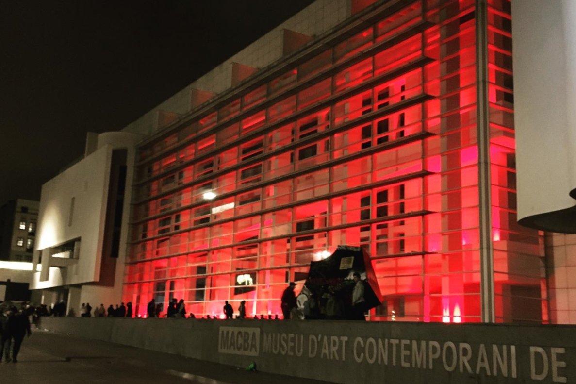 La fachada del MACBAteñidade rojo.