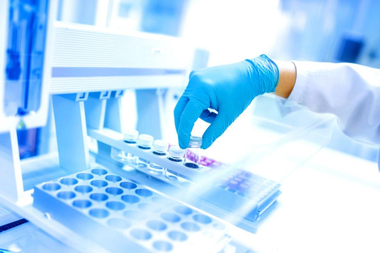 Un experto analiza los resultados de un tratamiento con nuevos fármacos.