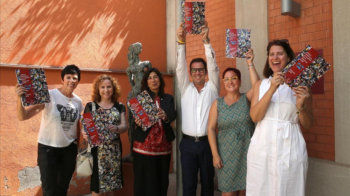 De izquierda a derecha:Maria Giralt, Sara Berbel, Mireia Mata, Juan Julià,Sílvia Casola y Margarita Alonso, en el Palau Robert.