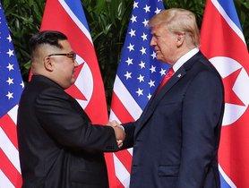 Fotografia de archivo fechada el 12 de junio de 2018 que muestra al presidente de Estados Unidos Donald J Trump d  y al lider norcoreano Kim Jong-un i  mientras se dan la mano al comienzo de una cumbre historica en Singapur.