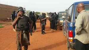 Fuerzas de seguridad de Mali, en las immediaciones del resort atacado, en Bamako, el 18 de junio.