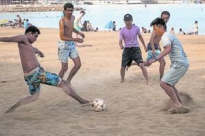 FÚTBOL Jugadas difíciles sobre la arena.