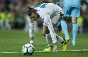 Garet Bale mira el balón durante el partido contra el Valencia.