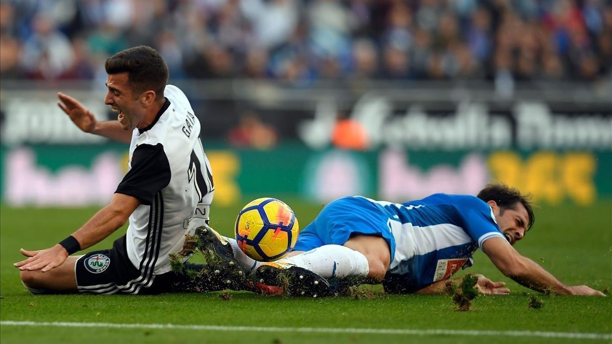 Gayà y Víctor Sánchez luchan por un balón.