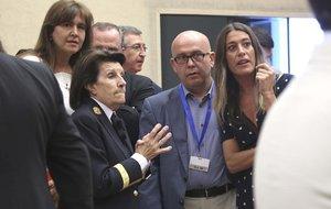 Gonzalo Boye, junto a Laura Borràs y Míriam Nogueras, en la puerta de la sala donde los eurodiputados electos han acatado la Constitución.
