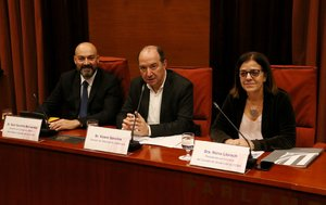 Saül Gordillo, director de Catalunya Ràdio, Vicent Sanchis, director de TVC, y Núria Llorach, presidenta en funciones de la CCMA, en el Parlament.