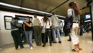 De espaldas, varias mujeres que se dedican a robaren el metro de Barcelona.
