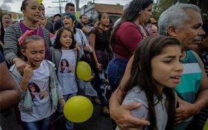 Un grupo de personas en el entierro de la niña Ágatha Félix en Brasil.