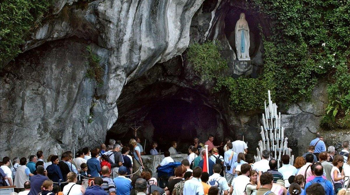 La gruta de Lourdes, en torno a la que se construyó el santuario en el sur de Francia.