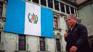 La bandera de Guatemala sobre un edificio público.