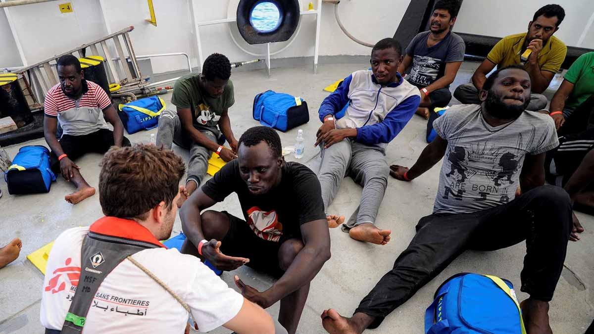 Hasta cinco barcos civiles pasaron de largo al ver a los migrantes del Aquarius a la deriva.