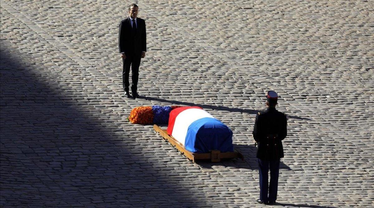 Emmanuel Macron, frente al féretro de Charles Aznavour, en el funeral de este viernes en París.