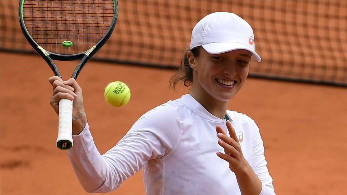 Iga Swiiatek celebra su pase a la final de Roland Garros.