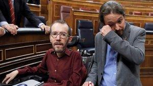 Iglesiasllora tras saludar a Echenique después de que Sánchez lograra la confianza del Congreso para ser presidente.