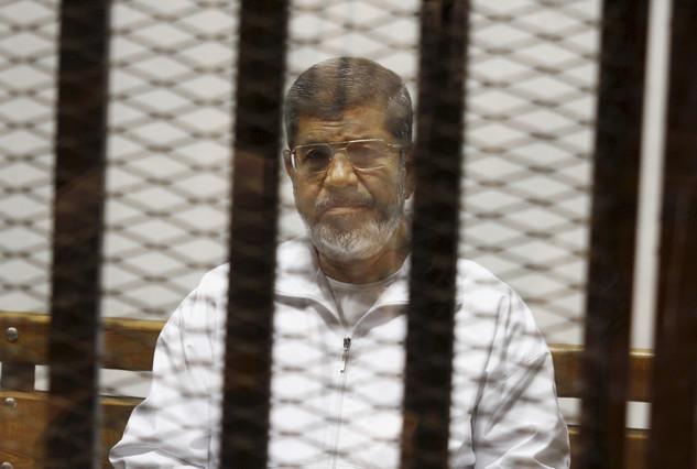 Imagen del expresidente Mohammed Mursi encarcelado tomada el 8 de mayo del 2014.