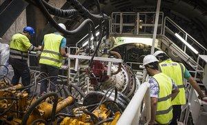 Imagen de la tuneladora de El Prat. Centros de mando desde donde se controla la máquina.