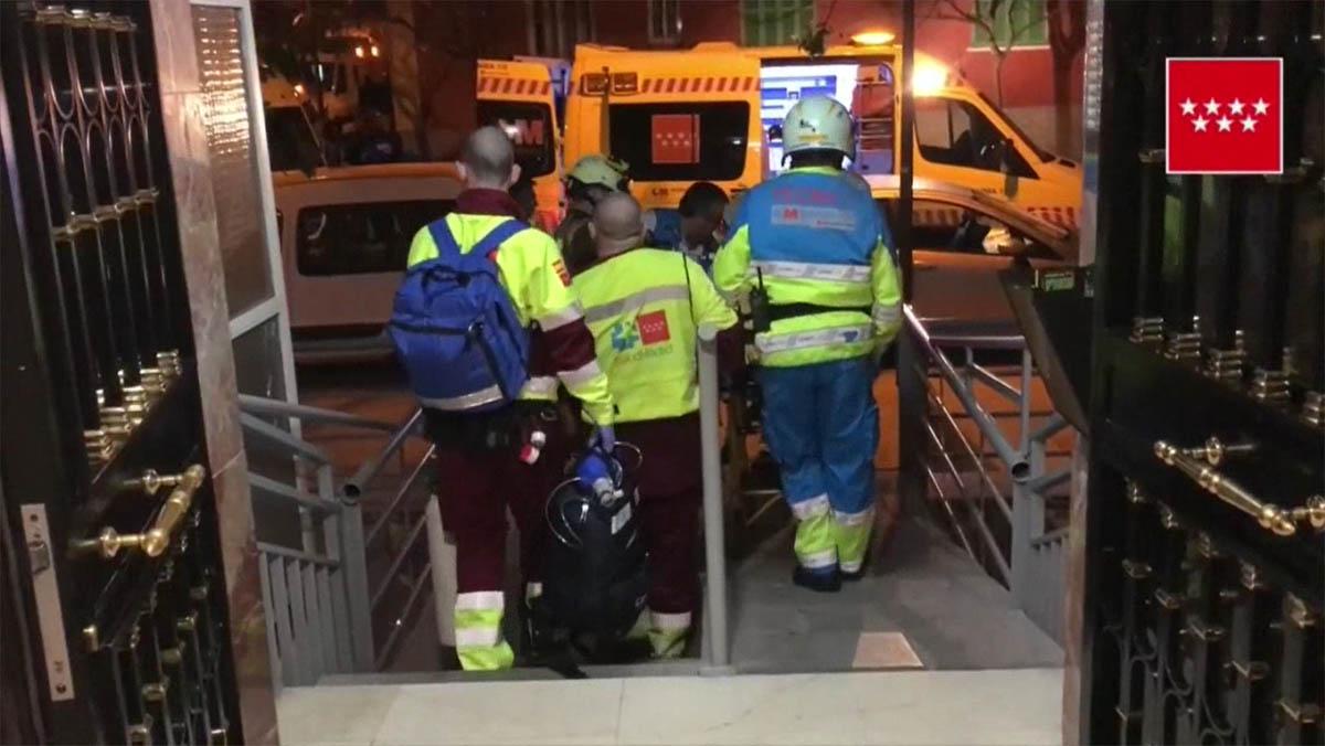 Un anciano de 88 años ha fallecido esta noche y su mujer de 86 ha resultado herida muy grave como consecuencia de un incendio ocurrido en su domicilio, en el sexto piso del número 3 de la calle de la Plaza Sierra del Cerro Santo del municipio deAlcorcón, Madrid.