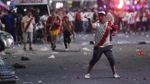 Disturbios de hinchas de River Plate con la policía en el Obelisco porteño.