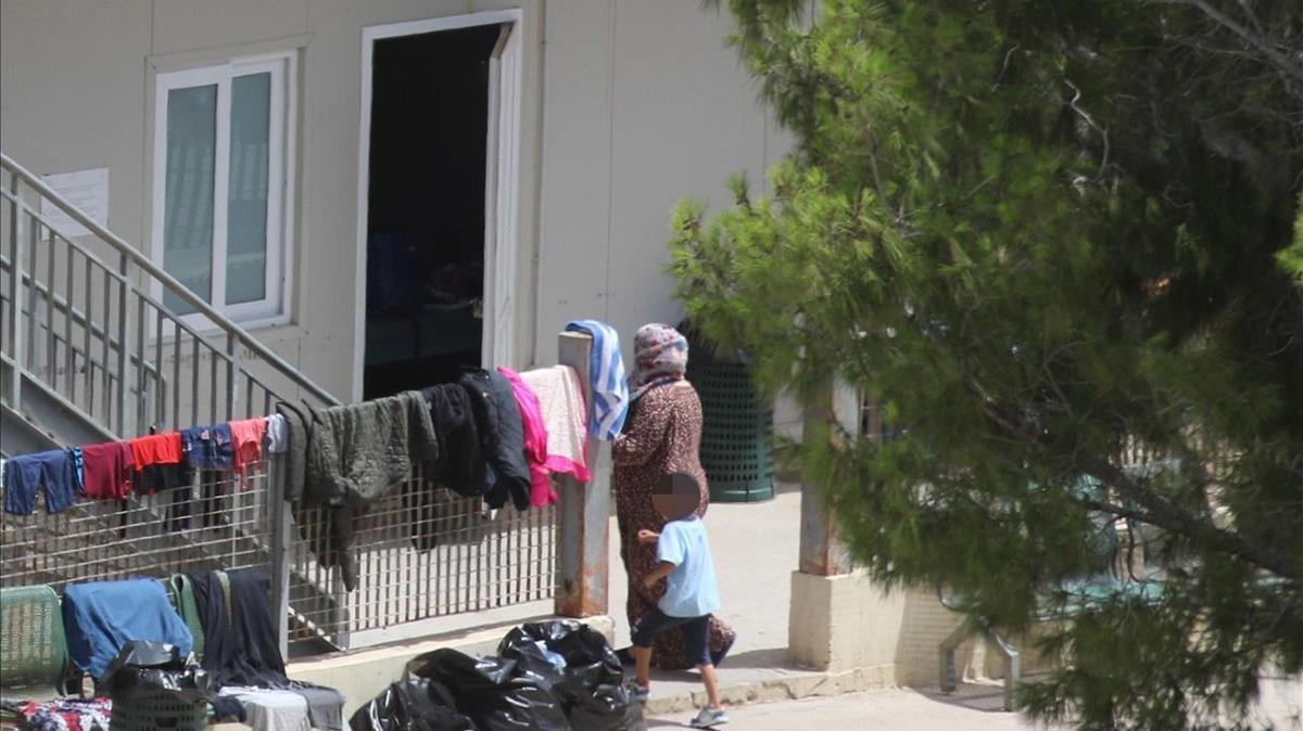 Un lugar de acogida de inmigrantes en la isla italiana de Lampedusa, donde han sido acogido ocho de las 450 personas que se encuentran a la espera de destino en alta mar.
