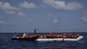 Inmigrantes esperan a ser rescatados en su atestado bote neumático por integrantes de Proactiva Open Arms, frente a las costas de Libia, el 6 de septiembre.