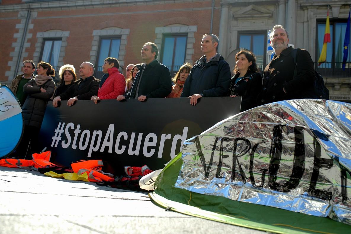 Dieciséis oenegés españolas han instalado frente al Ministerio de Exteriorestiendas de campaña para denunciar la precaria situación de los refugiadosllegados a Grecia.
