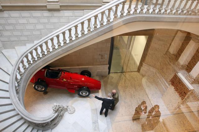 Interior de la sede de la Fundación Francisco Godia, con un Maserati en exposición.