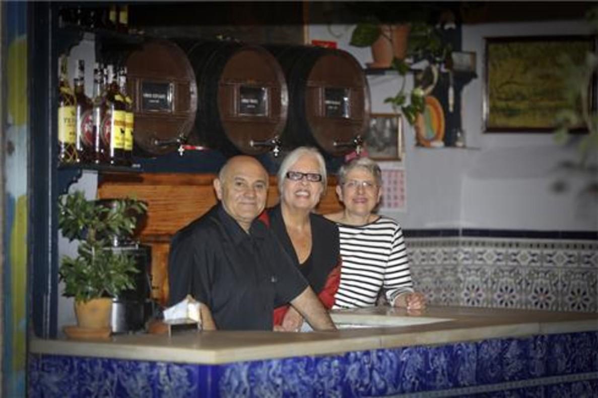 De izquierda a derecha, Pepe Gómez, Anna Marjanet y Merche Fructuoso tras la barra de La Plata. Foto: Danny Caminal