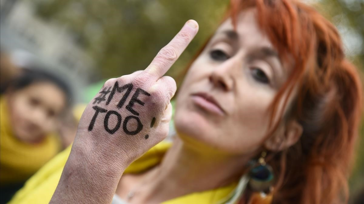 Una mujer muestra su dedo corazón en una manifestación convocada por el colectivo Efront-e-es, en la plaza de la República de París.