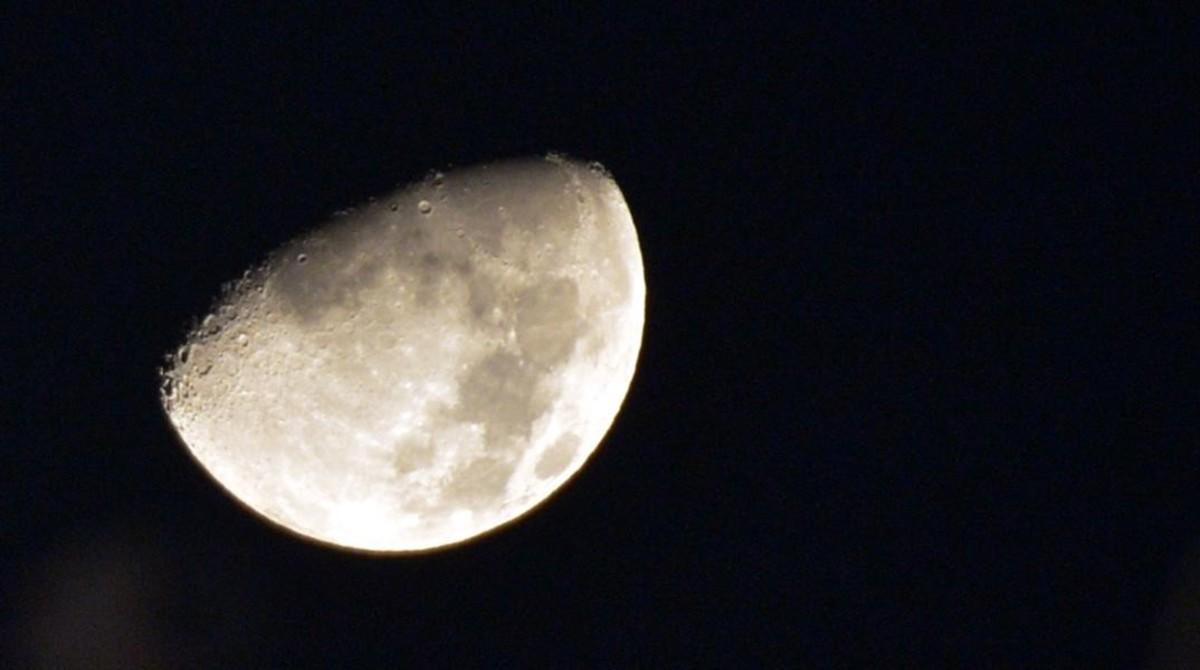 Una imagen de la Luna en cuarto creciente, tomada desde Egipto.
