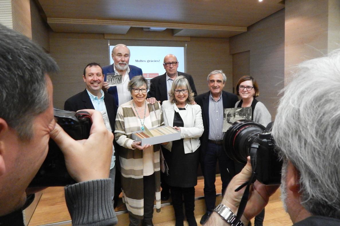 Joana y Montserrat Biarnés donan el fondo fotográfico de Joan Biarnés al Archivo Municipal de Terrassa.