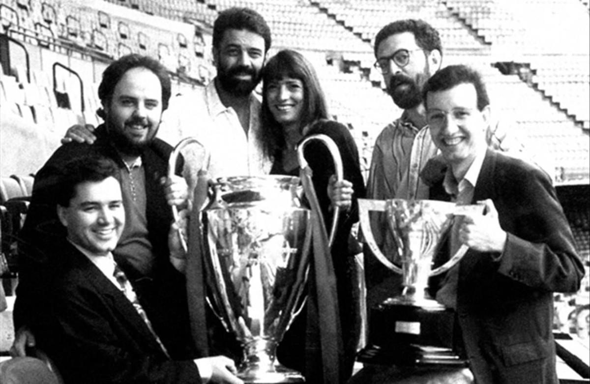 Joaquim Maria Puyal, con su equipo (Josep Vives, Jordi Basté, Pilar Calvo, Santi Carreras y Antoni Bassas) y las copas de Europa y Liga que ganó el Barça en 1992.