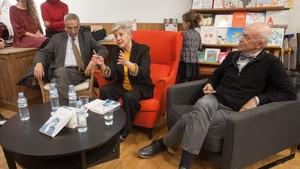Jordi Garcés, Anna Caballé y Josep Cots presentan el libro en la librería Documenta.