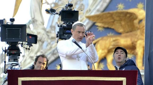 El actor Jude Law y el director Paolo Sorrentino, en el rodaje de 'The young Pope'.