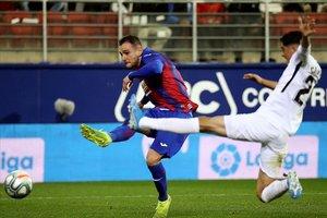 Kike Garcia dispara ante Carlos Fernández en el Eibar-Granada del viernes.